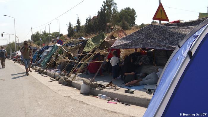 После пожара в лагере Мориа, беженцы на Лесбосе вынуждены были ночевать под открытым небом