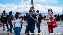 Frankreich I Coronavirus | Menschen mit Mundschutzmasken am Eiffelturm