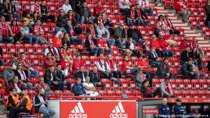 مشجعو أونيون برلين وقد أصيبوا بالصدمة من نتيجة المباراة