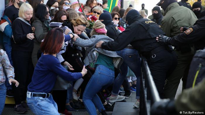 Belarus Frauen-Demo in Minsk   Festnahmen (Tut.By/Reuters)
