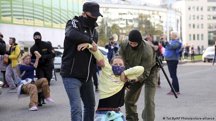 Belarus Frauen-Demo in Minsk | Festnahmen (Tut.By/AP Photo/picture-alliance)