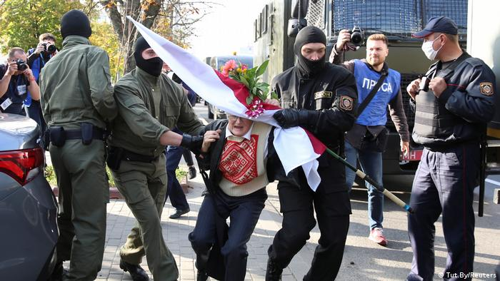 Бойцы ОМОНа задерживают участницу женского марша в Минске, 19 сентября