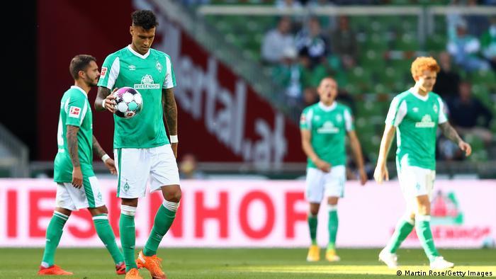 دافي سيلكه لاعب فيردر بريمين وقد بدا عليه الحزم بعد دخول الهدف الثالث في مرمى فريقه
