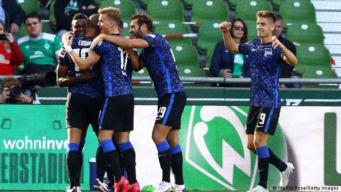 ماثيوس كوناه يحتفل مع فريقه هرتا برلين بالهدف الثالث أمام فيردر بريمين