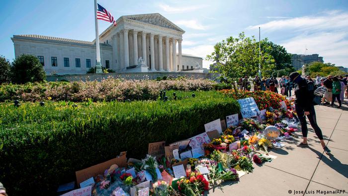 Yargıç Ruth Bader Ginsburg anısına Yüksek Mahkeme önüne çiçekler bırakıldı