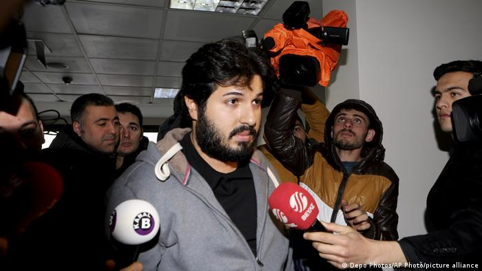 Reza Zarrab inside a US court surrounded by journalists and microphones