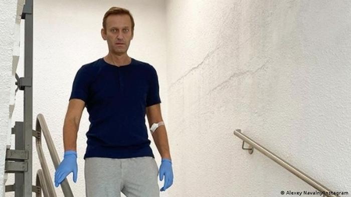 Алексей Навальный спускается по лестнице в клинике Шарите (фото из архива)