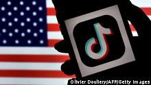 TikTok App Smartphone Handy Logo Symbolbild (Olivier Douliery/AFP/Getty Images)