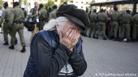 Žena u suzama nakon što je beloruska policija odvukla i privela više stotina ljudi, mahom žena, na protestima u Minsku u subotu. Već mesec i po dana traju masovni protesti protiv vlasti predsednika Lukašenka koji je nepopustljiv nakon predsedničkih izbora gde je, zvanično, osvojio 80 odsto glasova. Glavne opozicione figure su hrabre žene od kojih je većina uhapšena ili u egzilu.