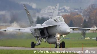 Ελβετικό πολεμικό αεροσκάφος σε στρατιωτική βάση στη Λουκέρνη