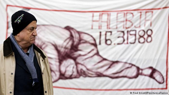 Niederlande | Mann vor Plakat vor Gerichtsgebäude in Den Haag (Fred Ernst/AP/picture-alliance)