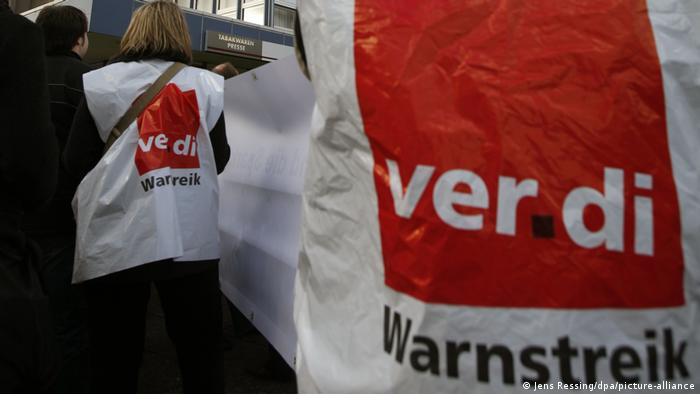 Striking workers wear tops with Verdi logo (Jens Ressing/dpa/picture-alliance)