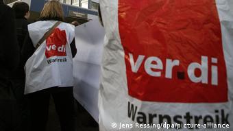 Члены профсоюза Ver.di в забастовочных жилетах