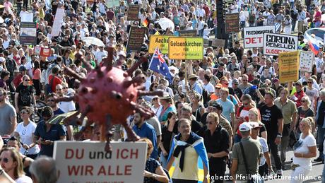 Protesters march in Dusseldorf (Roberto Pfeil/dpa/picture-alliance)