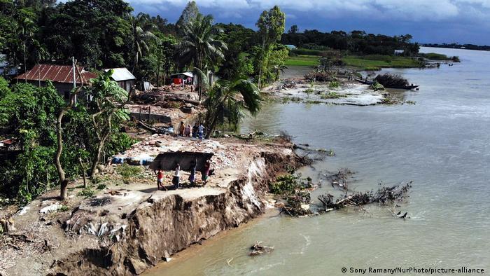 Bangladesch I Flusserosion zerstört ganzes Dorf in Dhaka, Keraniganj (Sony Ramany/NurPhoto/picture-alliance )