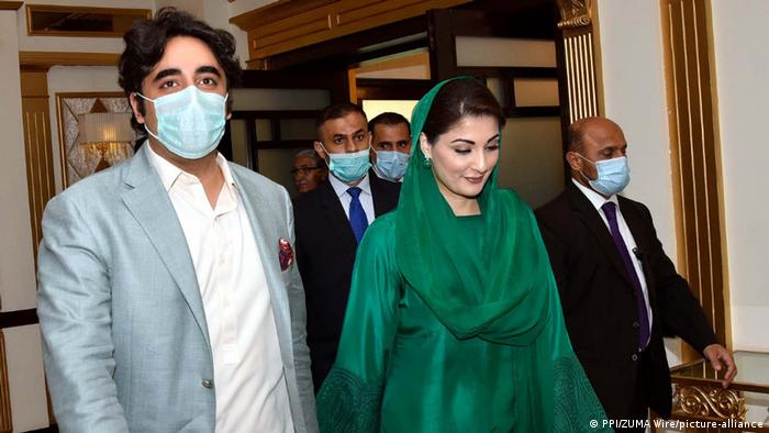 Nawaz Sharif's daughter, Maryam Nawaz and Bilawal Bhutto Zardar arrive to attend the PDM meeting (PPI/ZUMA Wire/picture-alliance)