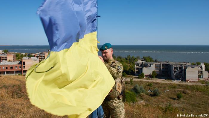 Солдат с украинским флагом в Широкино
