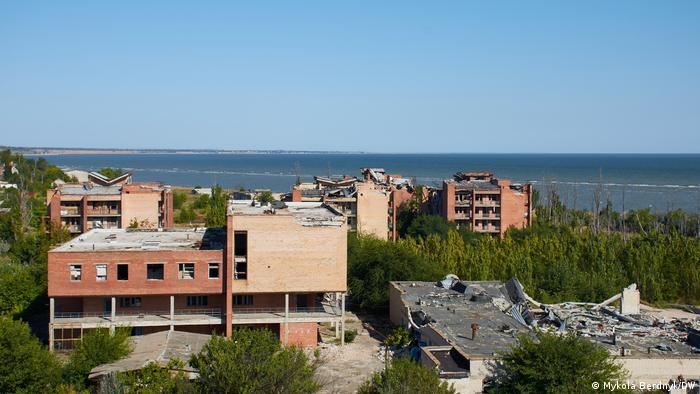 Разрушенные дома в поселке Широкино на Азове