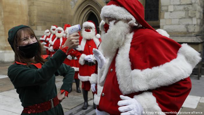 Father Christmas gets a temperature check (Kirsty Wigglesworth/dpa/picture-alliance)