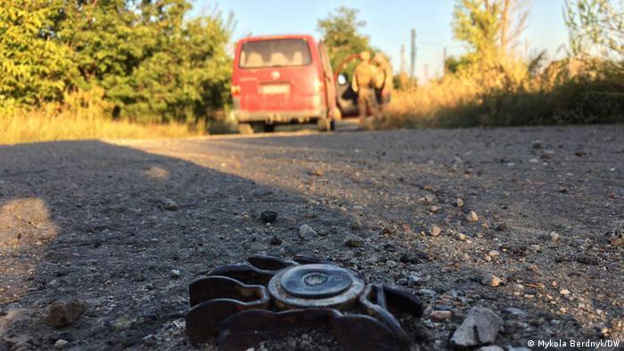 82-миллиметровая мина, которая застряла в асфальте и не взорвалась