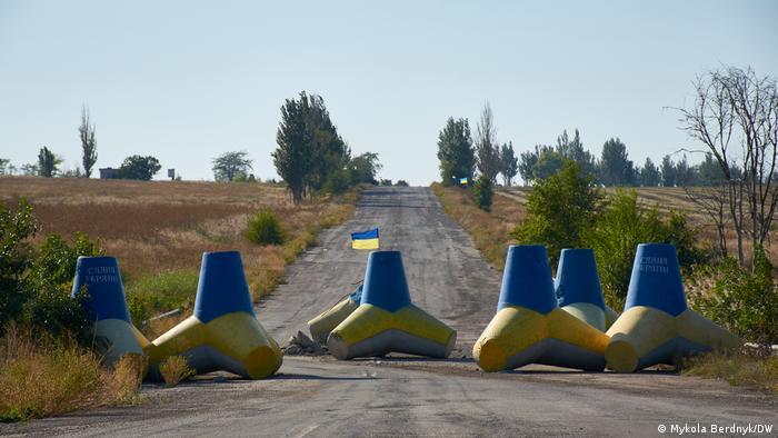 Бетонные тетраподы, перекрывшие дорогу