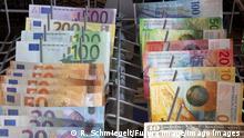EURO, Schweizer Franken und Dollar Banknoten in einer Geschirrspülmaschine *** EURO, Swiss Franc and Dollar Banknotes in a Dishwasher Foto:xR.xSchmiegeltx/xFuturexImage