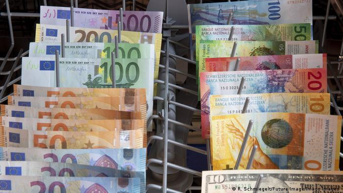 Die FinCEN Files zeigen es: International läuft die Geldwäsche weiter: Geldscheine in der Geschirrspülmaschine (R. Schmiegelt/Future Image/Imago Ímages )