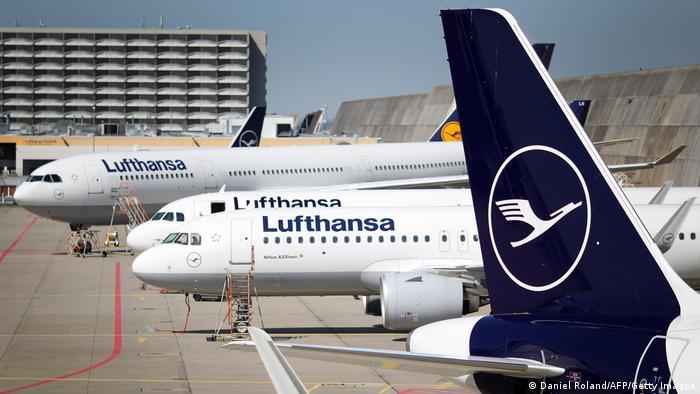 Frankfurt am Main I Lufthansa Maschinen stehen am Flughafen (Daniel Roland/AFP/Getty Images)