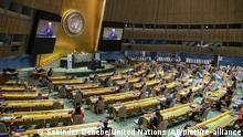 HANDOUT - 21.09.2020, USA, New York: Volkan Bozkir (Podium, l), Vorsitzender der UN-Vollversammlung aus der Türkei, spricht anlässlich des 75-jährigen Bestehens der Vereinten Nationen zur Generalversammlung. US-Präsident Trump hat überraschend auf einen Auftritt bei dem Festakt verzichtet. Stattdessen redete lediglich die stellvertretende UN-Botschafterin Chalet bei der ansonsten hochrangig besetzten Veranstaltung für die Vereinigten Staaten. Foto: Eskinder Debebe/United Nations/dpa - ACHTUNG: Nur zur redaktionellen Verwendung im Zusammenhang mit der aktuellen Berichterstattung und nur mit vollständiger Nennung des vorstehenden Credits +++ dpa-Bildfunk +++ |