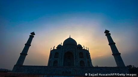 Die Sonne geht hinter dem Taj Mahal in Indie auf