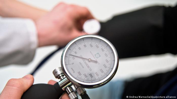 Symbolbild Niedriger Blutdruck - Blutdruckmessun