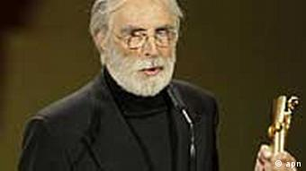 Der oesterreichische Regisseur Michael Haneke freut sich über eine Lola bei der Verleihung des Deutschen Filmpreises am Freitag, 23. April 2010 in Berlin. Sein Film Das Weisse Band war der grosse Gewinner des Abends. (apn Photo/Herbert Knosowski)----Austrian director Michael Haneke displays his Lola award during the award ceremony of the German Film Award in Berlin, Germany, Friday, April 23, 2010. Haneke's film Das Weisse Band, The White Ribbon, won in several categories. (apn Photo/Herbert Knosowski)