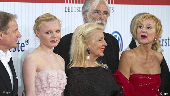 Die Hauptdarsteller des Films 'Das weiße Band', Burghart Klaussner, (von links), Maria-Victoria Dragus, und Susanne Lothar (rechts) sowie der österreichische Regisseur Michael Haneke und dessen Ehefrau Susanne (Foto: apn)