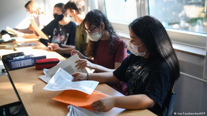 Tineri cu mască la un liceu din Germania