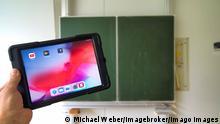 Digitaler Unterricht   leeres Klassenzimmer Corona-Krise