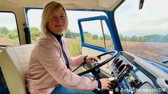 Antje Soetebier am Steuer des VW Bulli, Lündeburger Heide, Deutschland (Anja Steinbuch/DW)