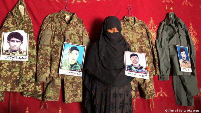Afghanistan Taj Bibi betet für Ehemann (Ahmad Sultan/Reuters)