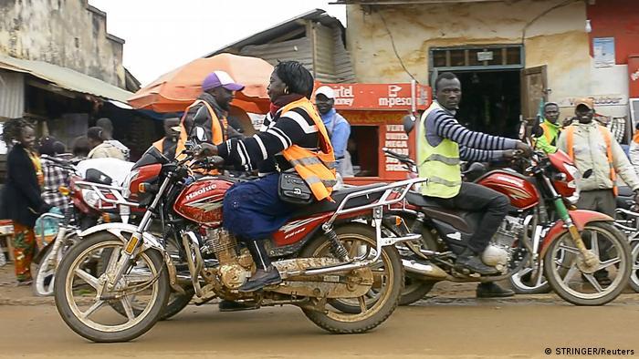 DR Kongo Frau fährt Motorradtaxi in Beni