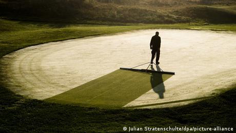 Jutro je i jedan baštovan skida rosu sa trave. Na taj teren u Glajdingenu kod Hanovera uskoro stižu prvi golferi.