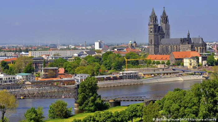 View over the Elbe to the Magdeburg Cathedral / Magdeburg (Geduldig/imageBROKER/picture-alliance)