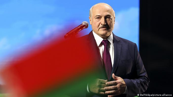 Александр Лукашенко и флаг Беларуси