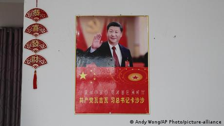 China | Xi Jingping Portrait schmückt Sozialwohungen (Andy Wong/AP Photo/picture-alliance)