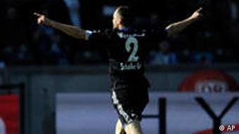 Mit beiden Armen in die Luft gereckt bejubelt Schalkes Heiko Westermann seinen Siegtreffer zum 1:0 über Berlin. (apn Photo/Kai-Uwe Knoth)