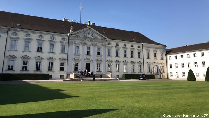 Deutschland Angehörige des Hanau-Anschlags im Schloss Bellevue (Leonie von Hammerstein/DW)