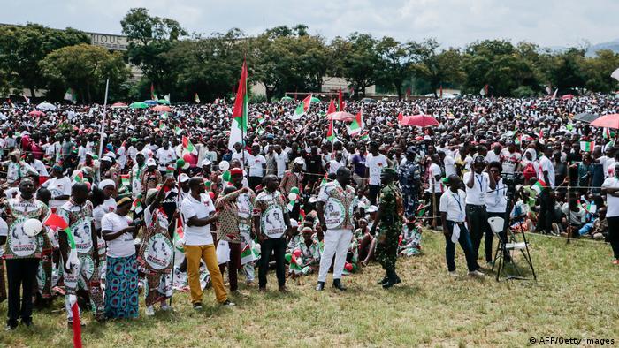 Eine große Menschenmenge in weißen T-Shirts und mit rot grünen Fahnen (AFP/Getty Images)
