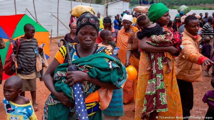 Frauen halten Kleinkinder im Arm (Tchandrou Nitaga/AFP/Getty Images)