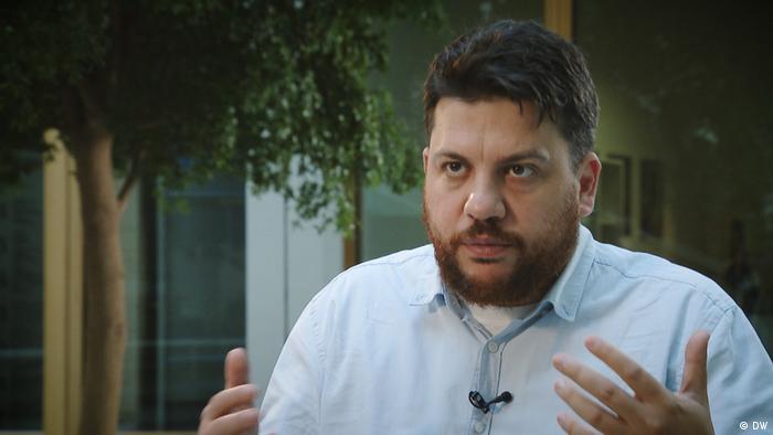 Леонид Волков во время интервью DW