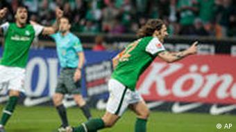 Bremens Torsten Frings (r) und Hugo Almeida im Torjubel (Foto: AP)