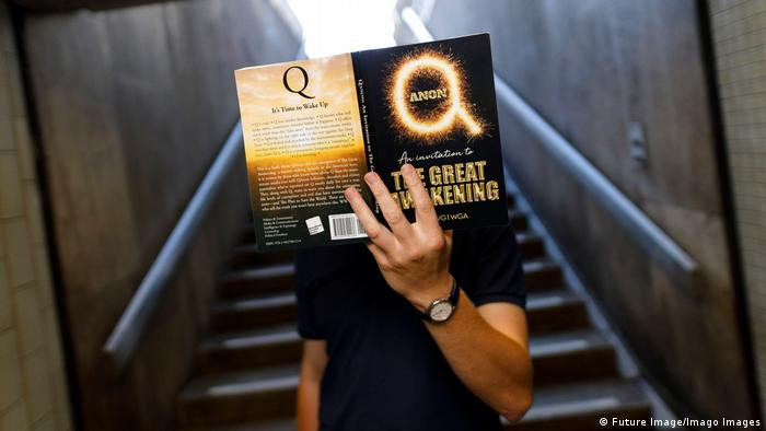 Verschwörungsmythos QAnon | Amazon-Bestseller Qanon - An Invitation to the Great Awakening (Future Image/Imago Images)