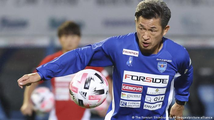 Kazuyoshi Miura practices before the match (The Yomiuri Shimbun via AP Images/picture-alliance)
